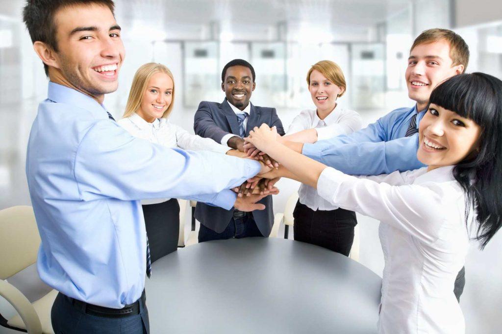Invertir en tus empleados: la mejor decisión Empleados felices 1024x682